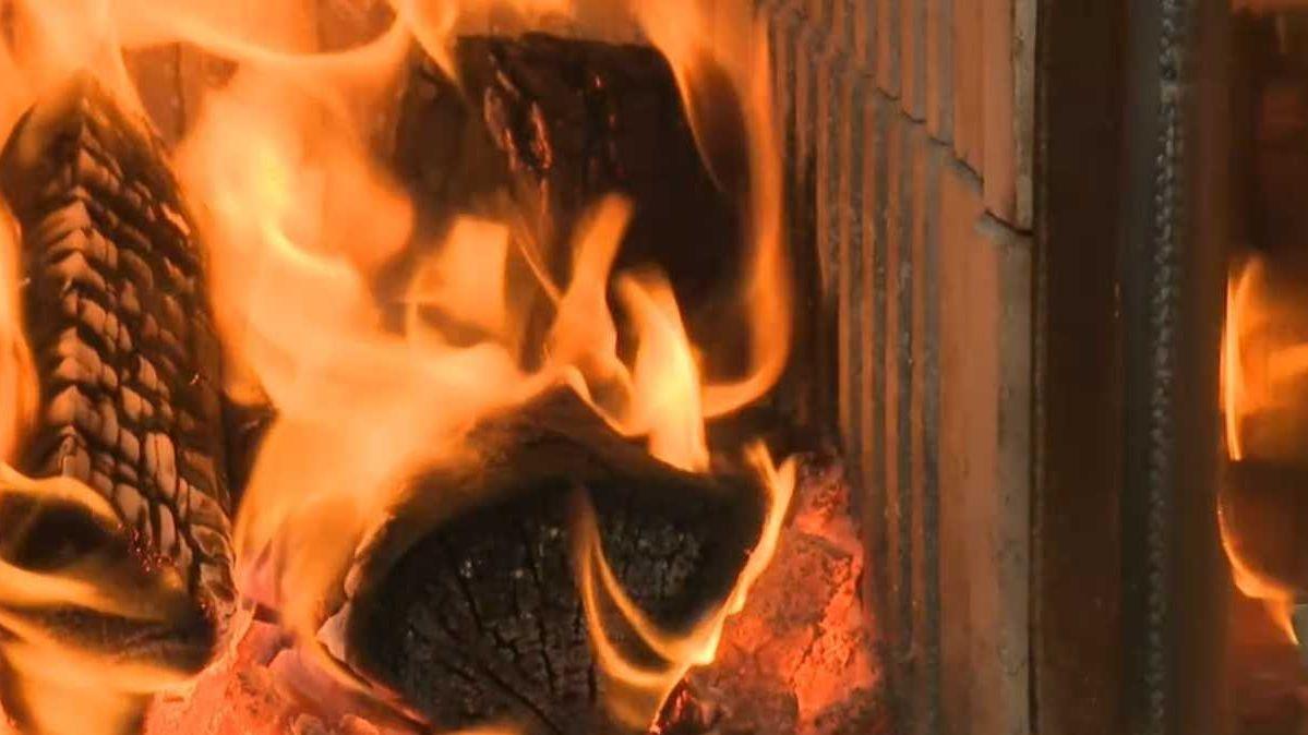 Brennendes Holz in einem Kachelofen