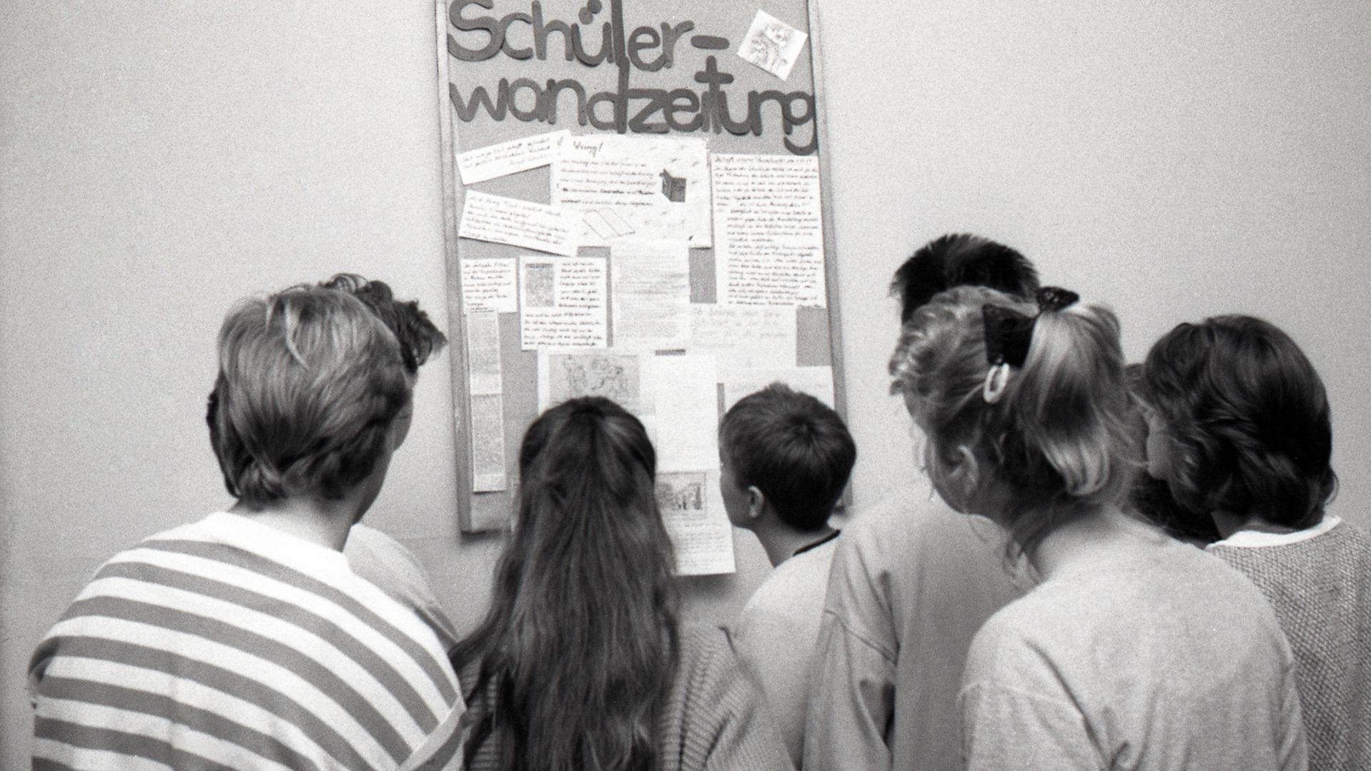 """Herbst 1989:  Bisher waren """"Wandzeitungen"""" Propagandainstrumente. Jetzt gestalten die Schüler sie selbst."""