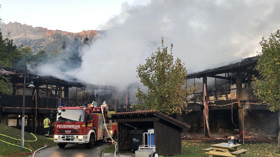 Feuerwehrleute löschen ein Feuer in der Christophorus-Grund- und Mittelschule Buchenhöhe. Die Einsatzkräfte gehen derzeit von einem Schaden in Höhe von mehreren Millionen Euro aus.