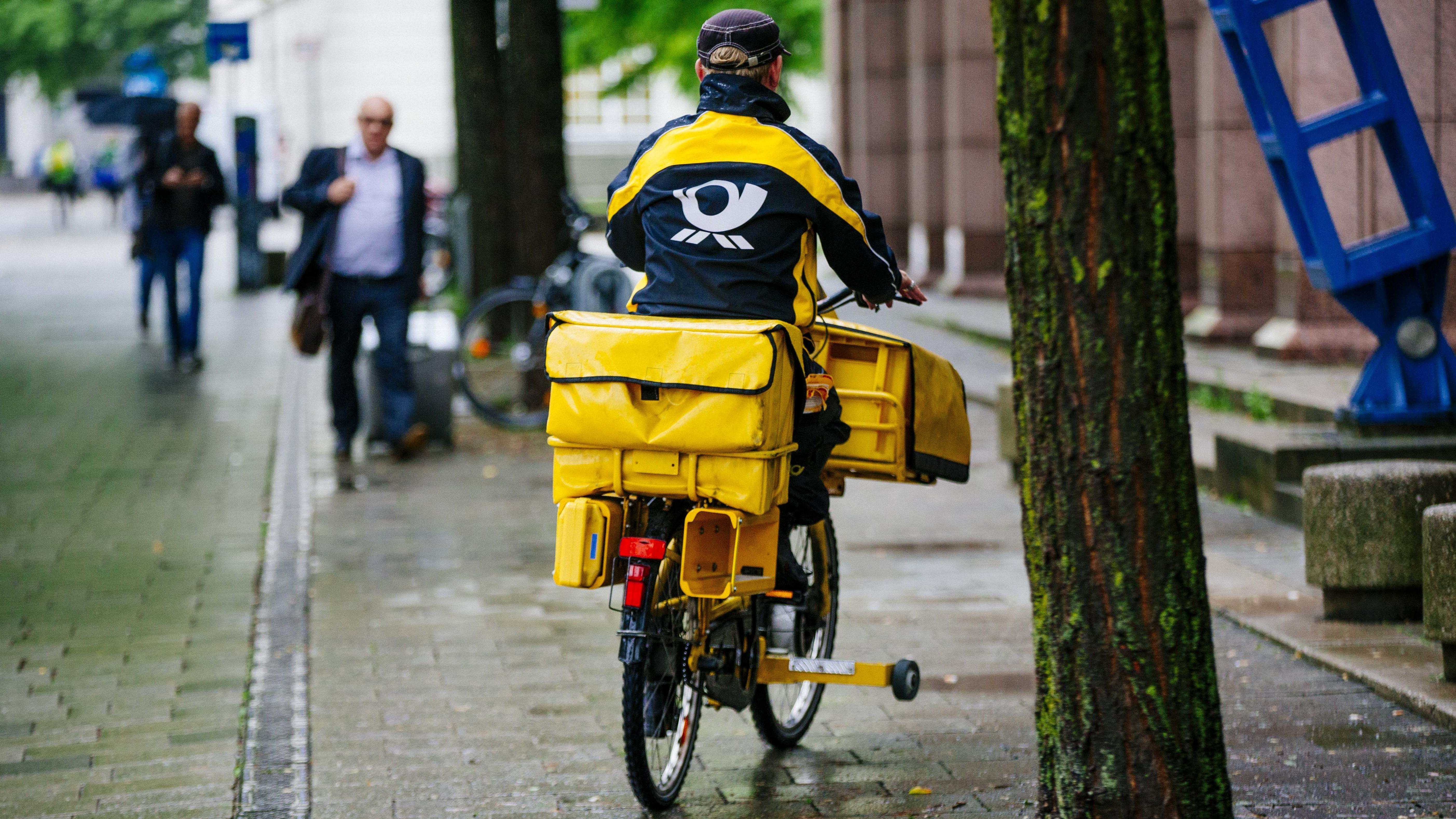 Postbote auf dem Fahrrad