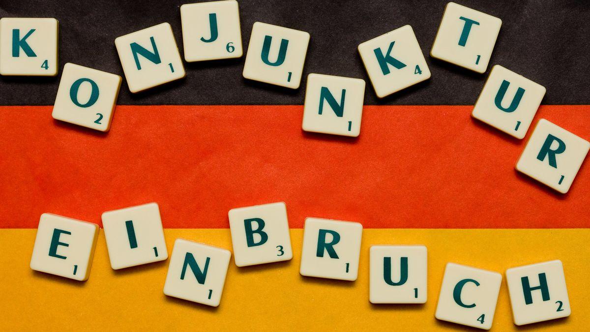 Deutschlandflagge mit Schriftzug Konjunktureinbruch.