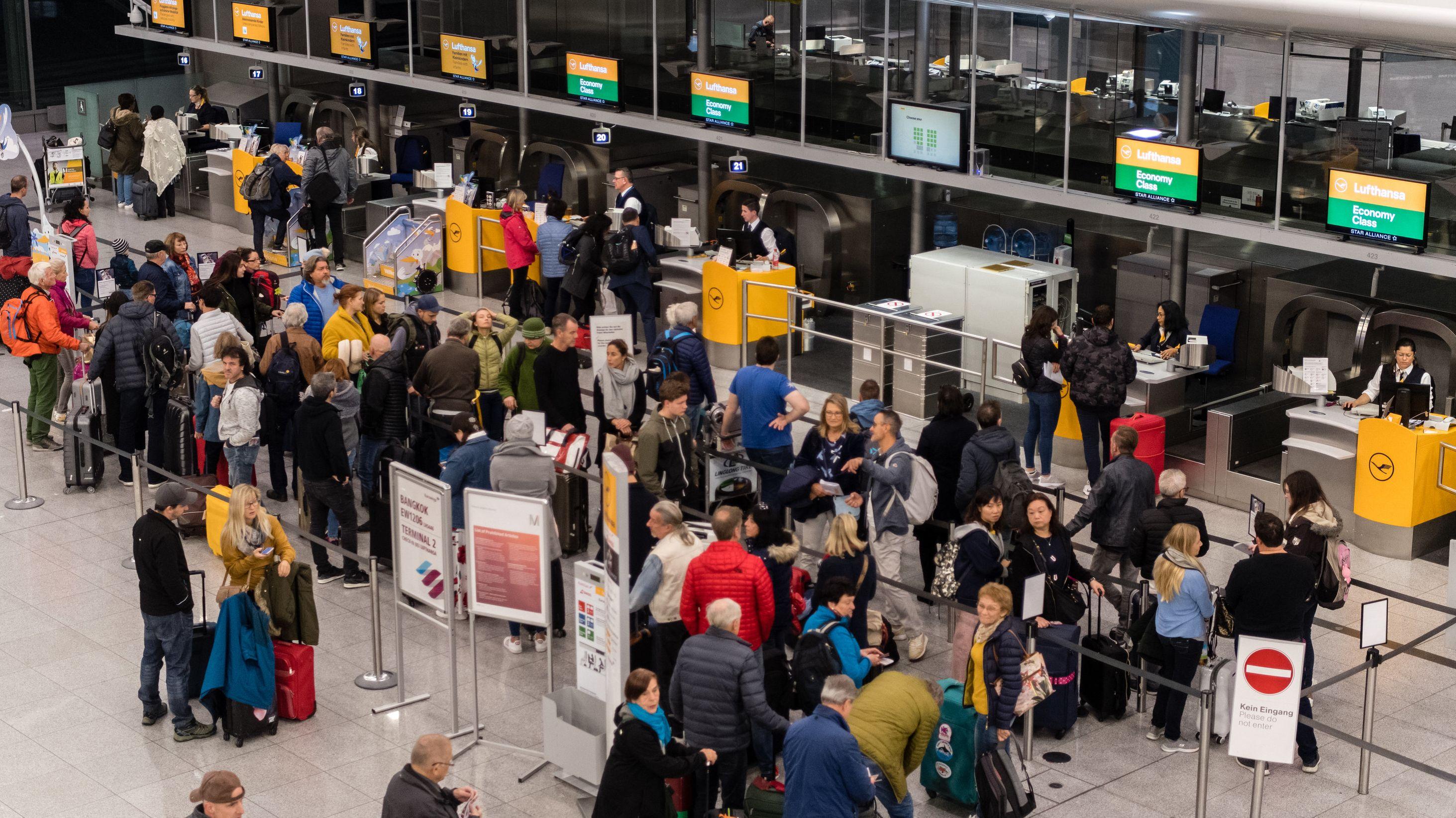 Fluggäste vor Lufthansaschaltern
