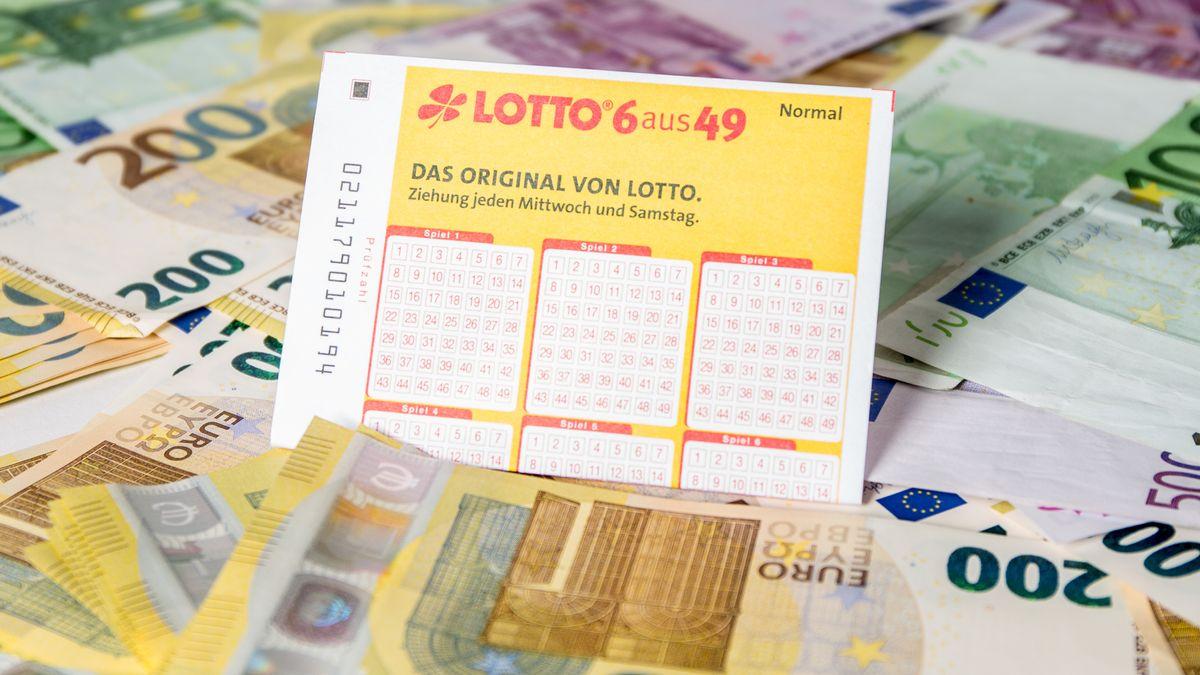 Lottoschein zwischen Geldscheinen