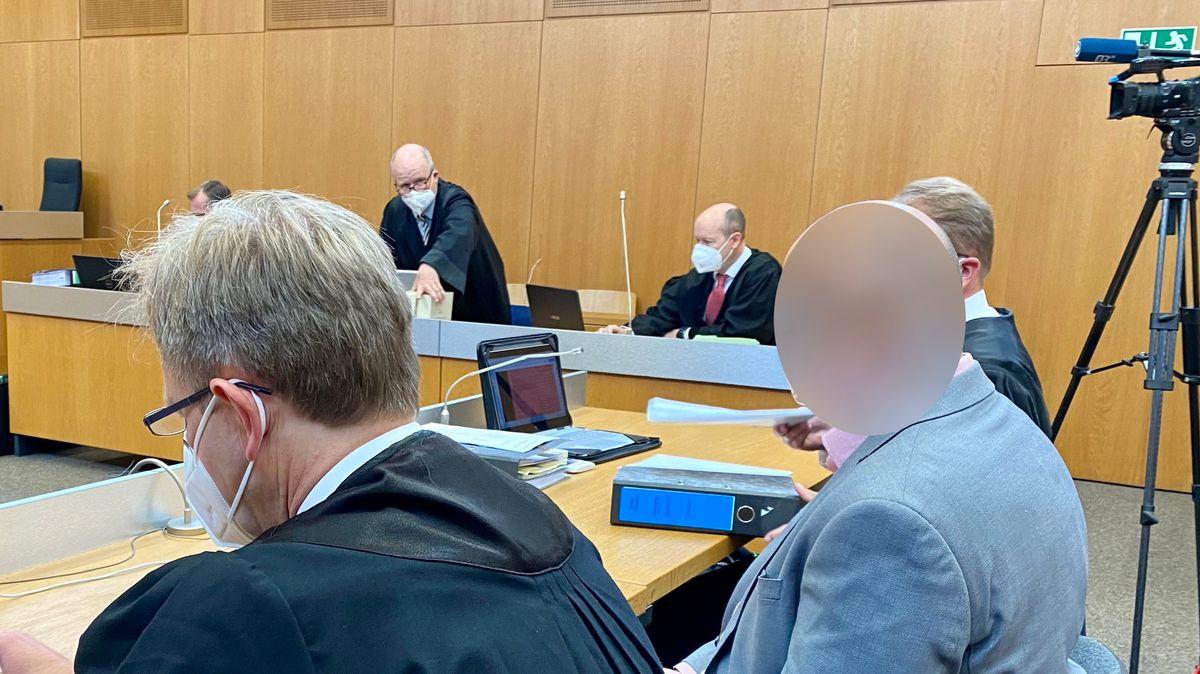 Einer der Angeklagten mit seinem Anwalt
