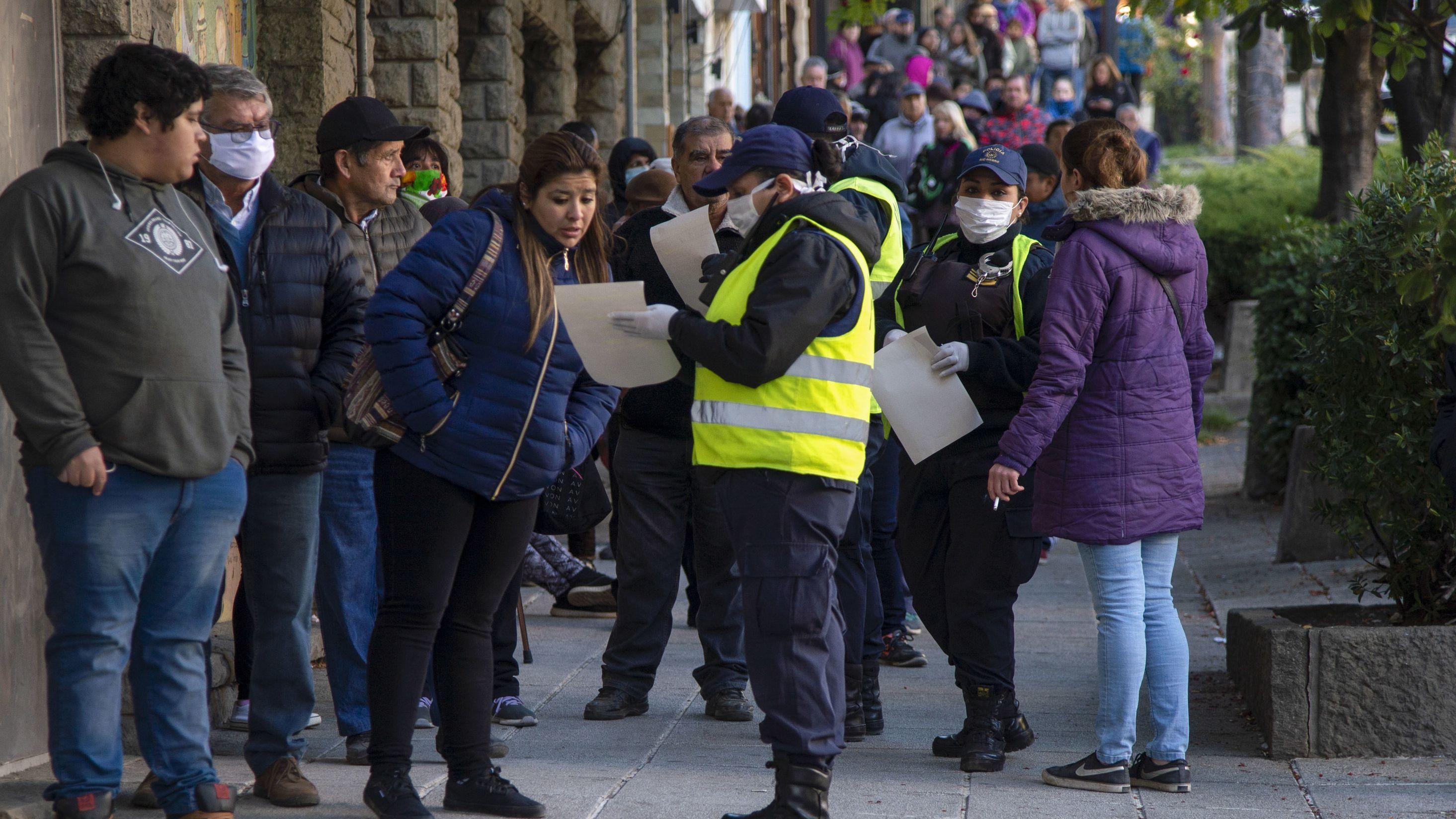 Menschen vor Bank