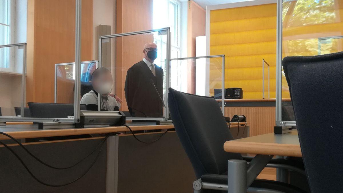 Angeklagter mit seinem Verteidiger im Landgericht Regensburg.