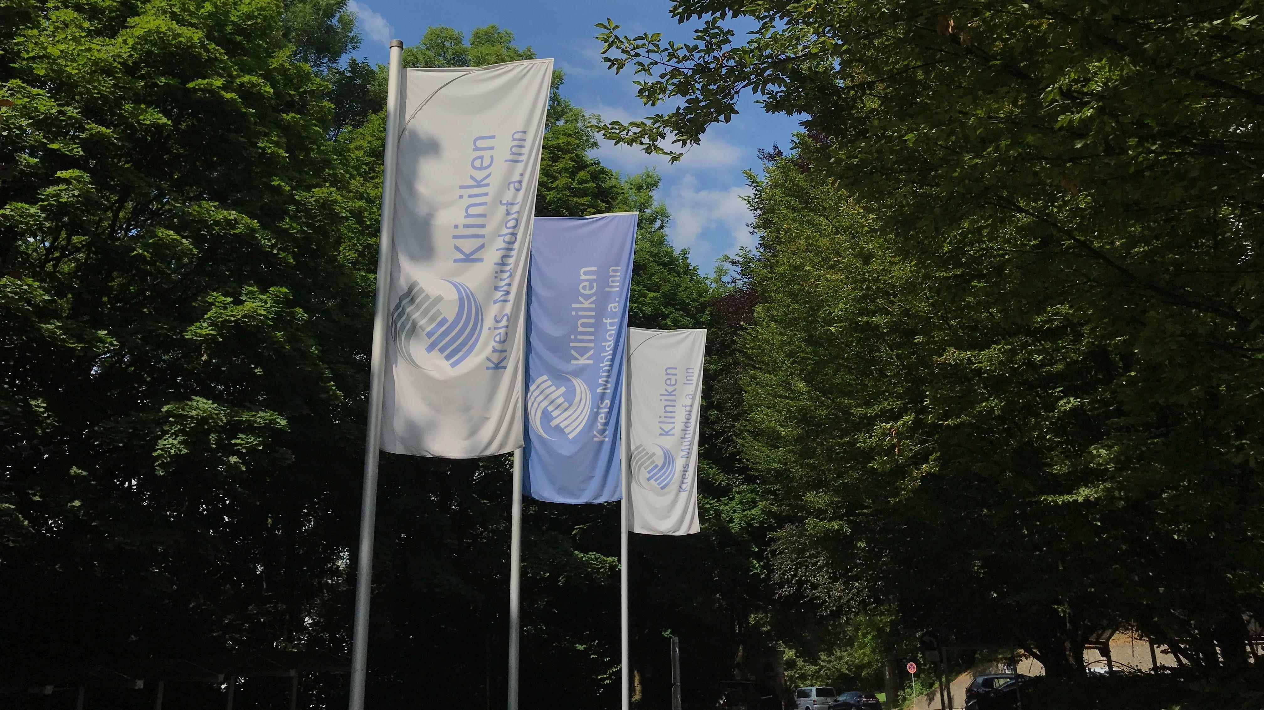 Fahnen der Kliniken Kreis Mühldorf am Inn