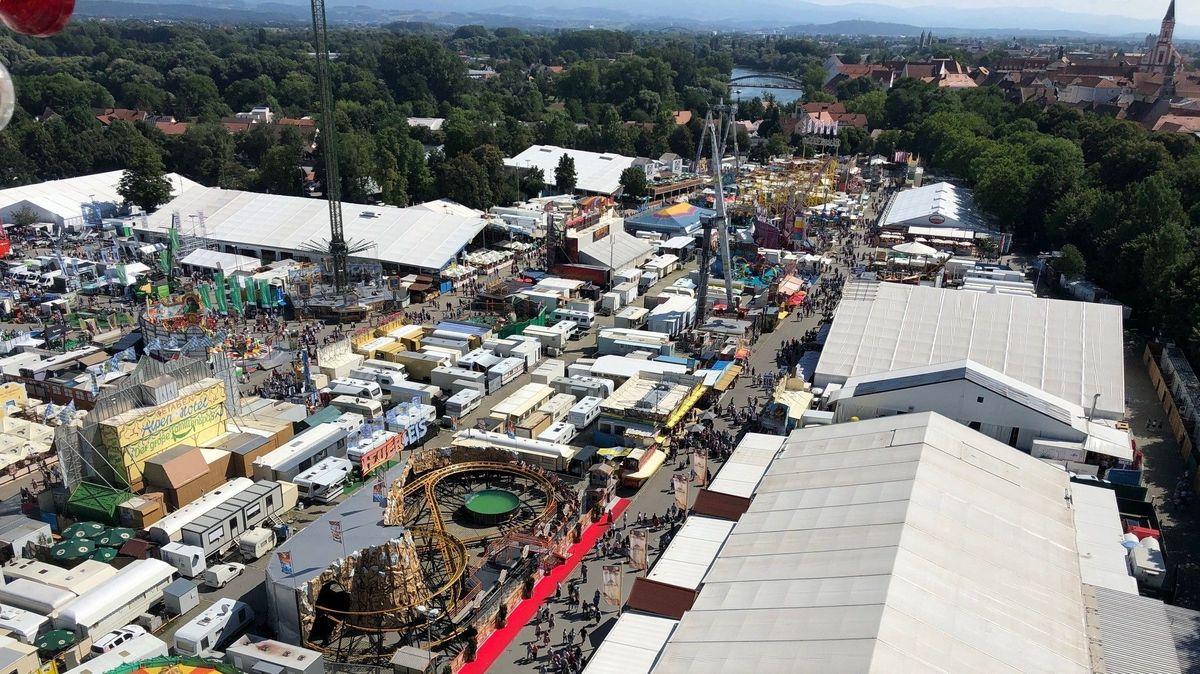 """Das Gäubodenvolksfest von oben: Am Veranstaltungsort """"Am Hagen"""" herrscht wegen Corona Alkoholverbot."""