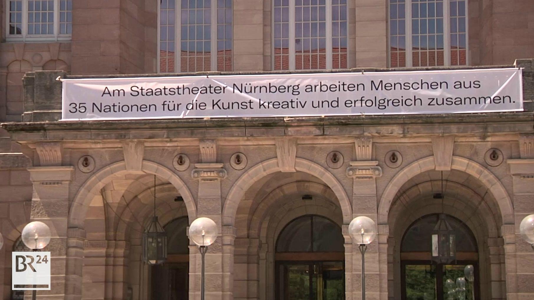 Das Staatstheater Nürnberg zeigt mit einem Banner Haltung gegen Rechts.