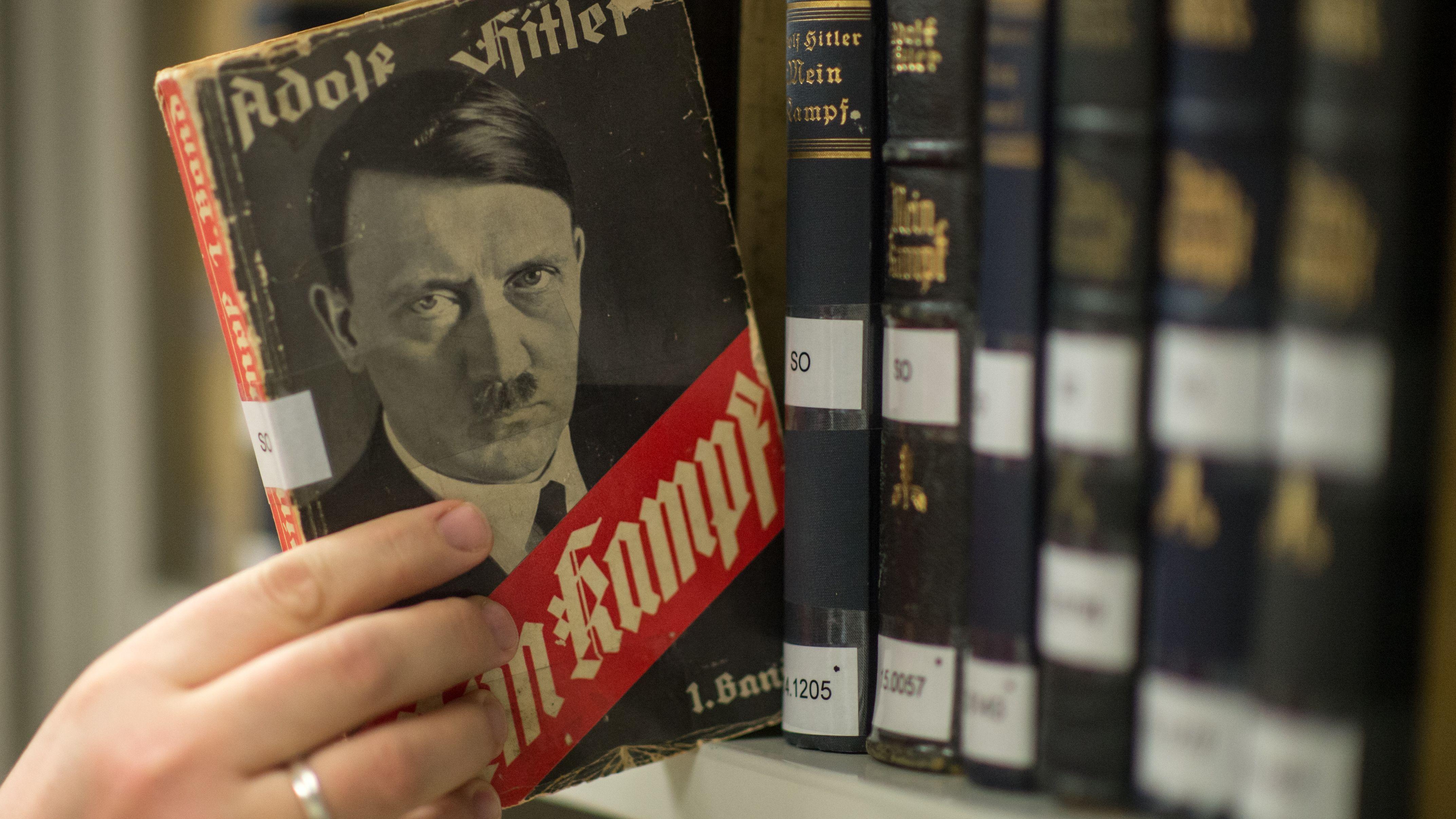 """Ausgaben von Adolf Hitlers """"Mein Kampf"""" in der Bibliothek des Instituts für Zeitgeschichte"""