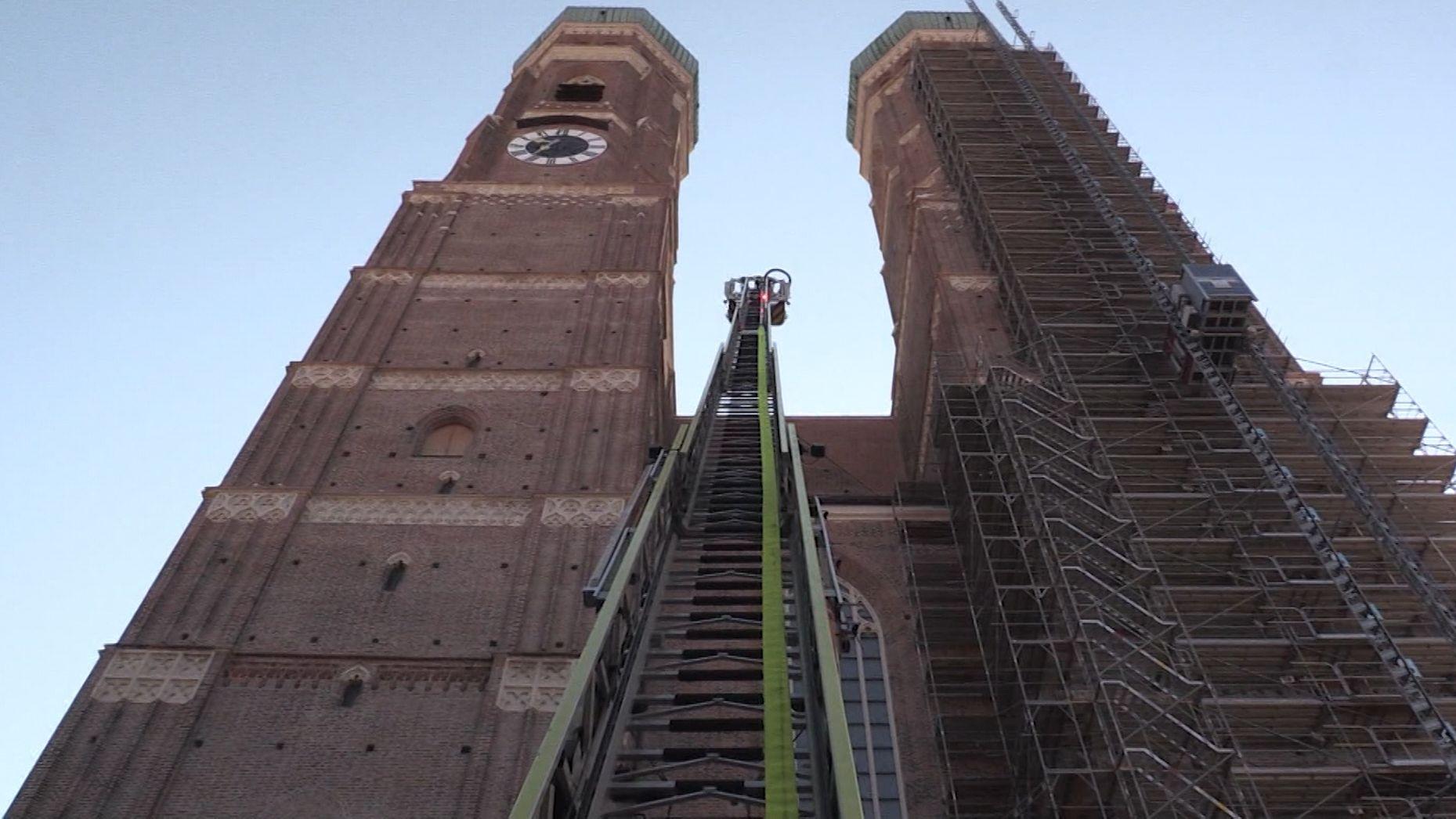 Feuerwehr im Einsatz bei einer Brandschutzübung an der Frauenkirche