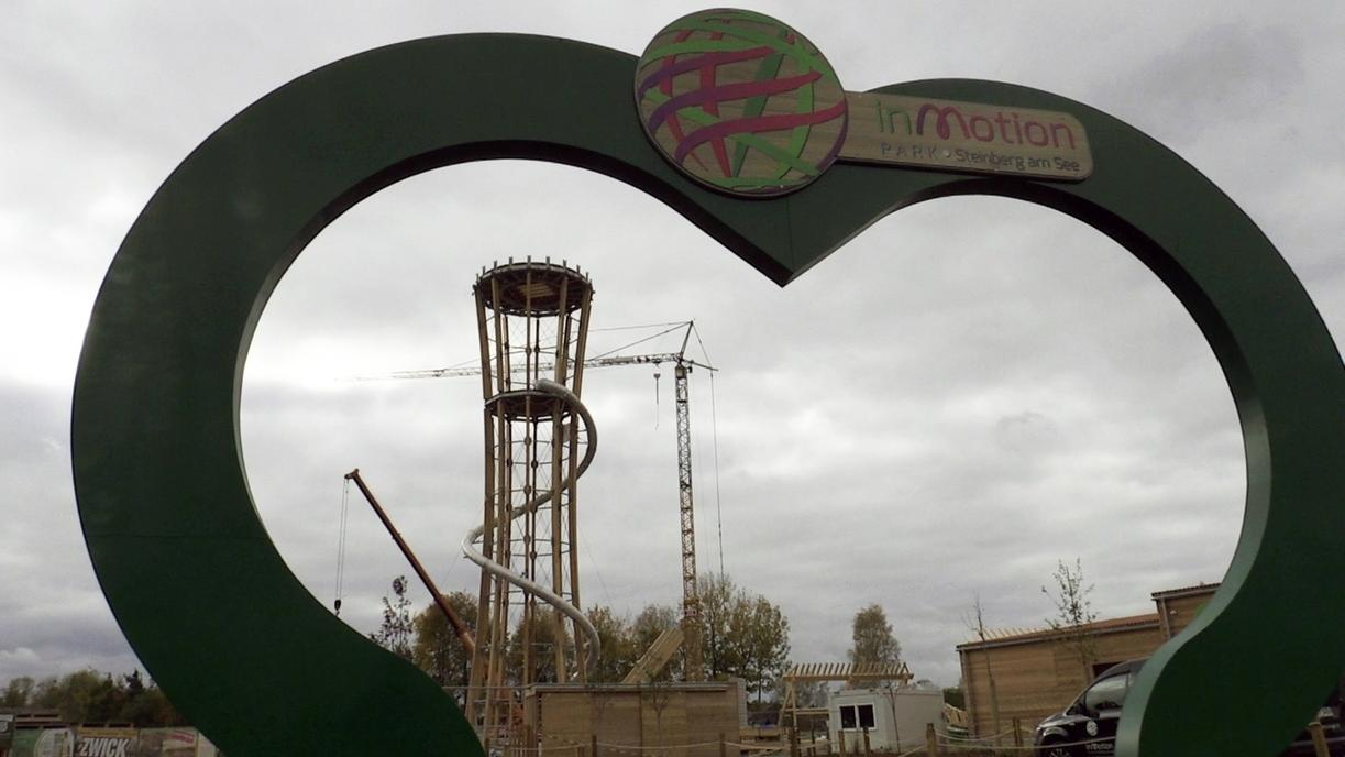 Die Baustelle für die Riesenkugel am Steinberger See