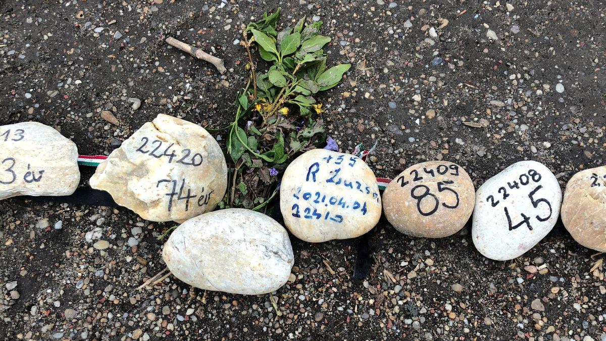 Gedenksteine für die Opfer der Corona-Pandemie in Ungarn auf der Margareteninsel in Budapest