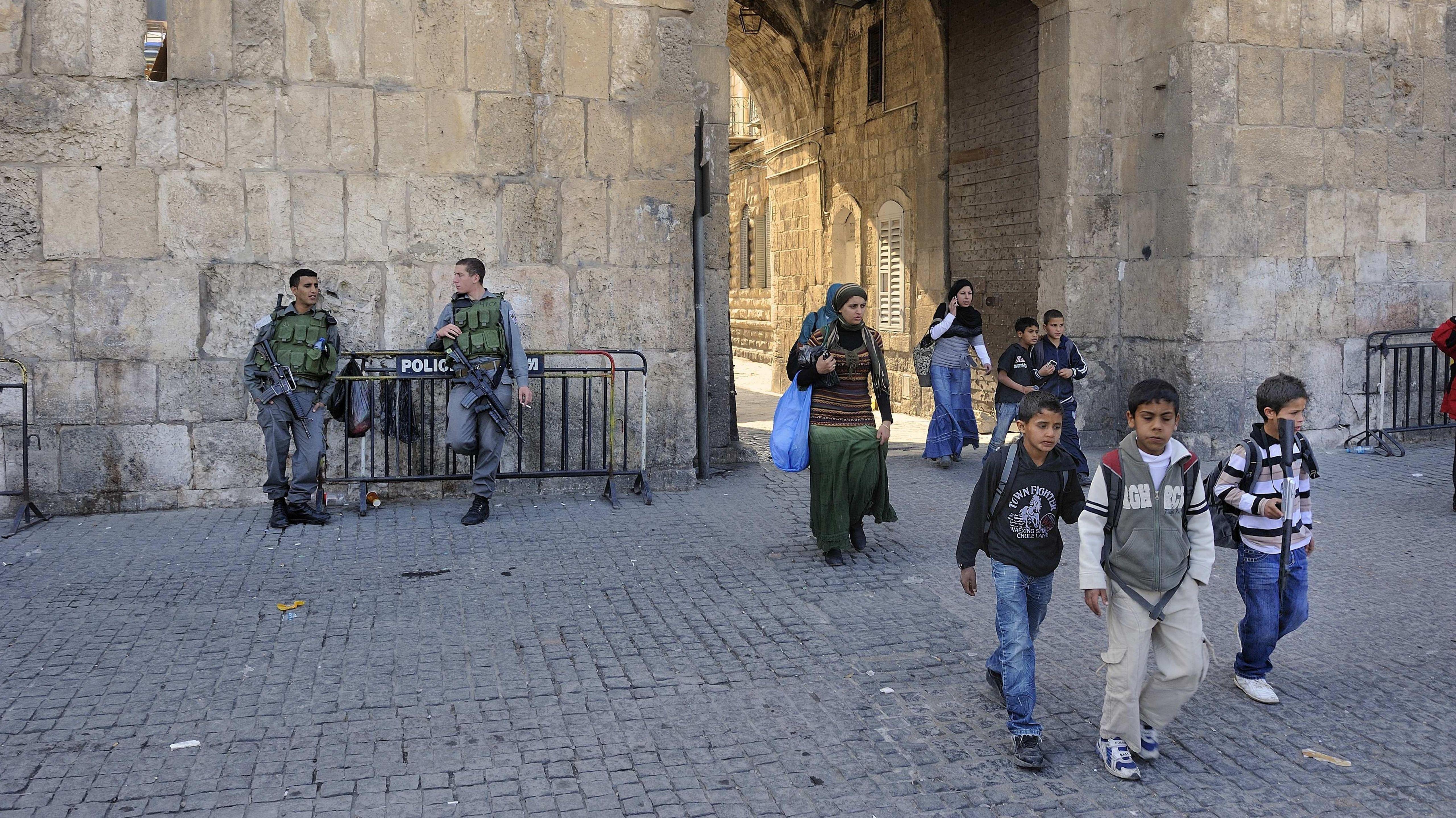 Israelische Soldaten und Kinder mit Spielzeuggewehren in der Altstadt von Jerusalem. In Israel ist das Militär im Alltag immer präsent.