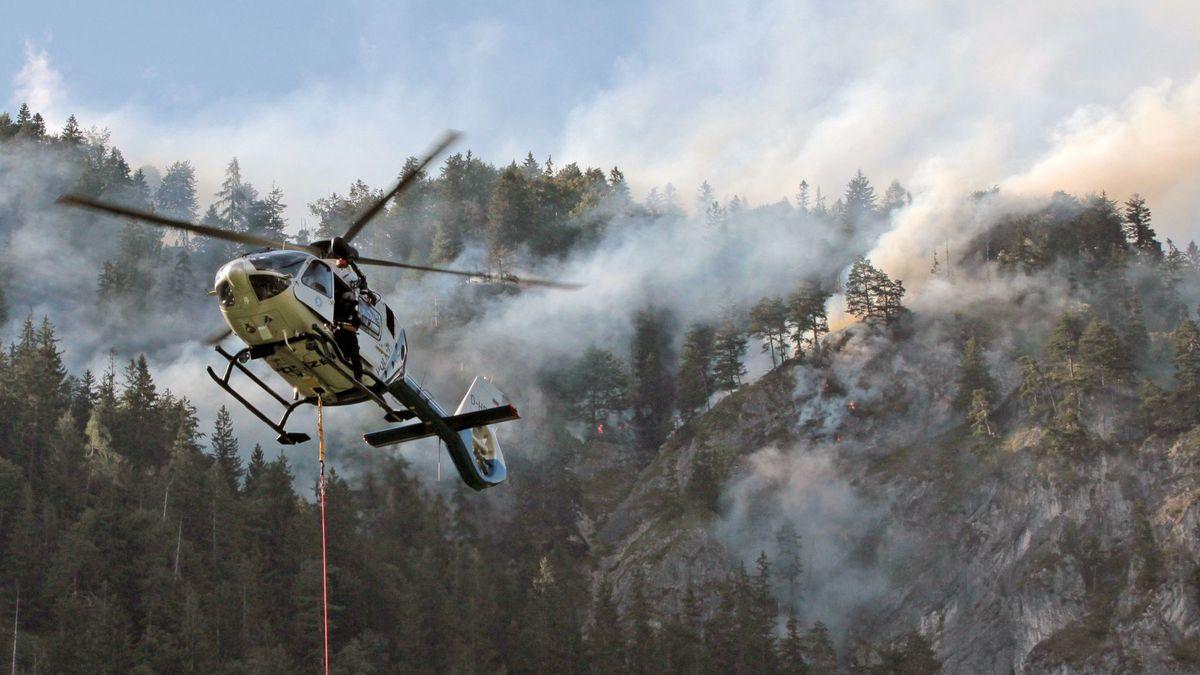 Helikopter im Einsatz bei einem Waldbrand in Bayern (Archivbild 2018 )