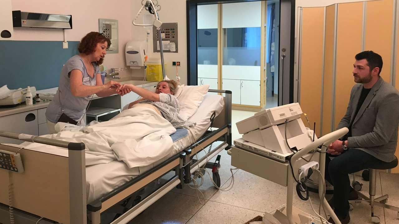 Hebamme untersucht Frau in Krankenhaus