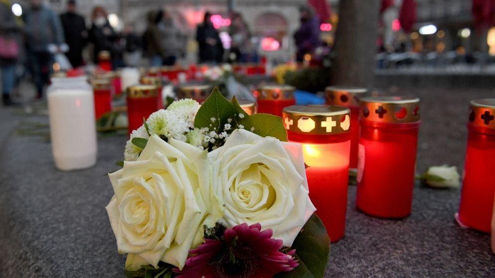 Nach dem Tod eines Feuerwehrmanns brennen Kerzen und liegen Blumen am Königsplatz.
