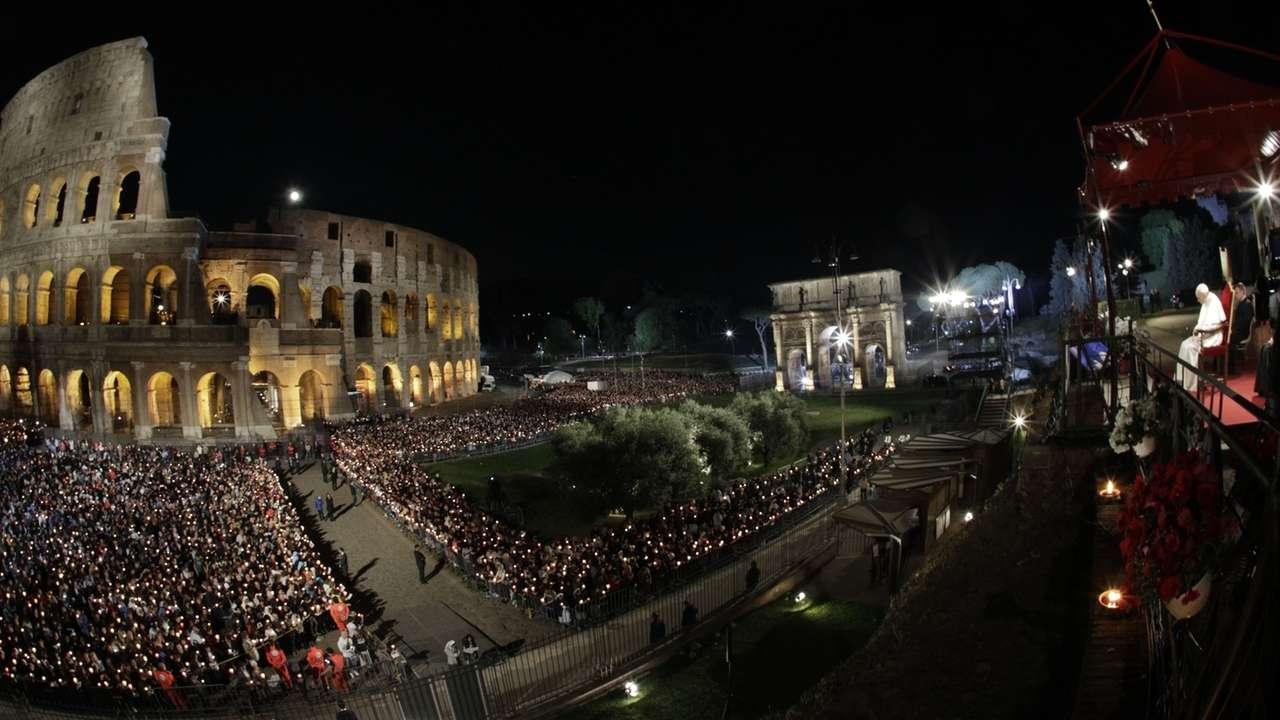 Osterfeierlichkeiten in Rom - Kreuzweg am Kolosseum
