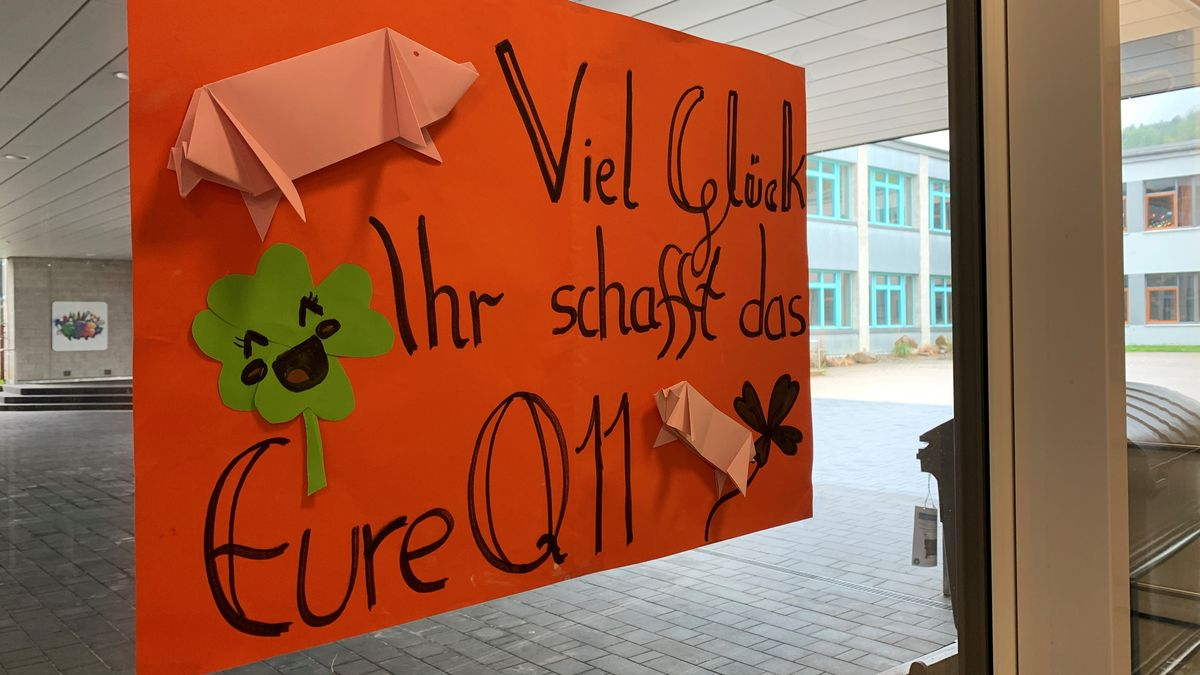 Traditionell wünschen die Elftklässler den Prüflingen in Ebermannstadt mit Botschaften im Schulhaus viel Erfolg beim Abitur.