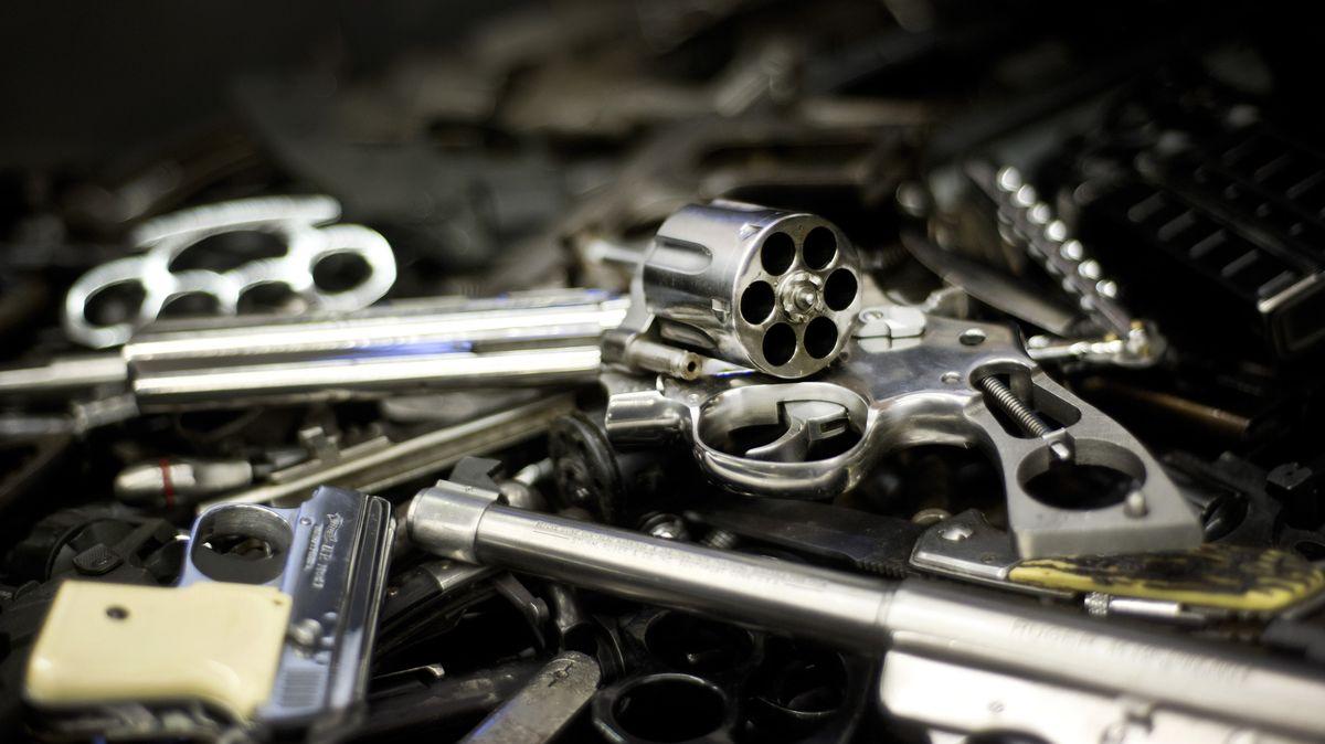 Diverse Waffen liegen in einem Behälter für Waffenstahl im Bayerischen Landeskriminalamt (LKA)