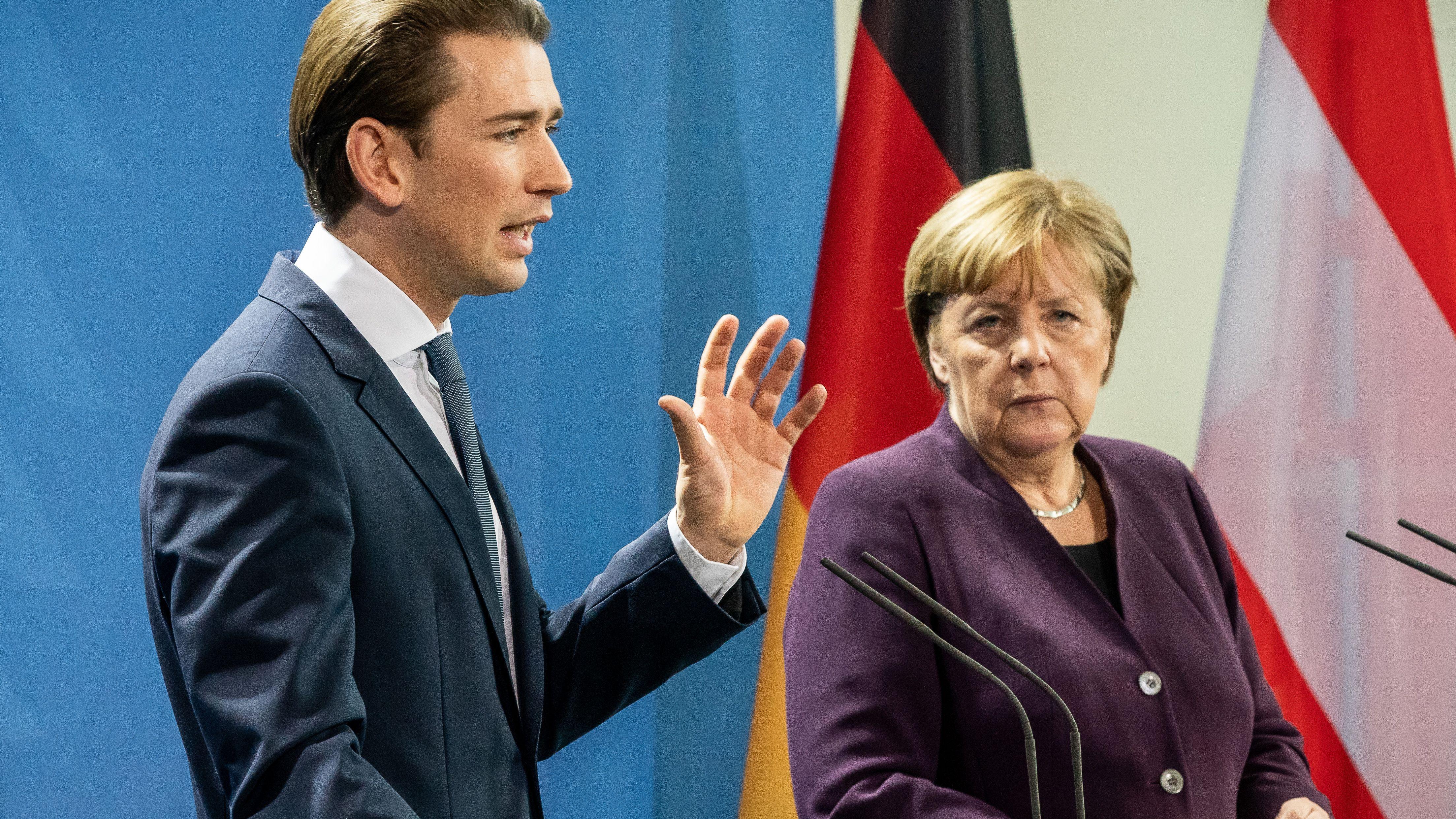 Sebastian Kurz, Bundeskanzler von Österreich spricht neben Bundeskanzlerin Angela Merkel (CDU) bei einer Pressekonferenz im Kanzleramt.