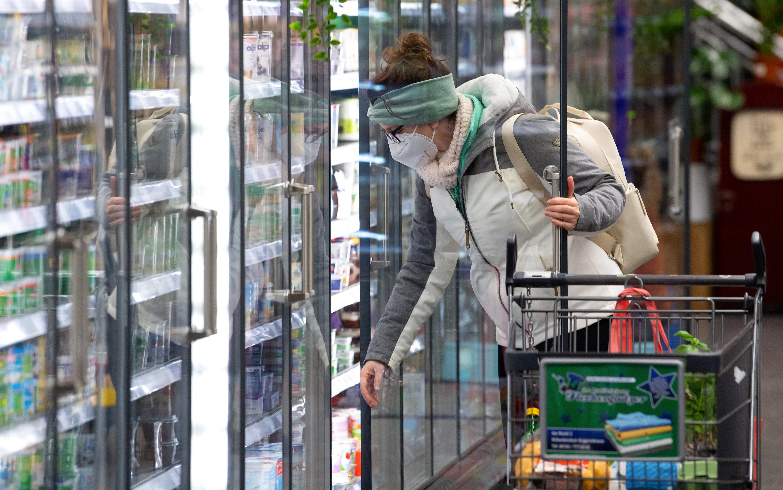 18.01.2021, Bayern, Neubiberg: Eine Frau trägt bei ihrem Einkauf in einem Supermarkt eine FFP2-Schutzmaske. Seit dem 18.01.2021 gilt in bayerischen Bussen, den Trams, den U- und S-Bahnen sowie in allen Geschäften eine Pflicht zum Tragen von FFP2-Schutzmasken. Foto: Sven Hoppe/dpa +++ dpa-Bildfunk +++