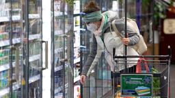 18.01.2021, Bayern, Neubiberg: Eine Frau trägt bei ihrem Einkauf in einem Supermarkt eine FFP2-Schutzmaske. Seit dem 18.01.2021 gilt in bayerischen Bussen, den Trams, den U- und S-Bahnen sowie in allen Geschäften eine Pflicht zum Tragen von FFP2-Schutzmasken. Foto: Sven Hoppe/dpa +++ dpa-Bildfunk +++   Bild:dpa-Bildfunk/Sven Hoppe