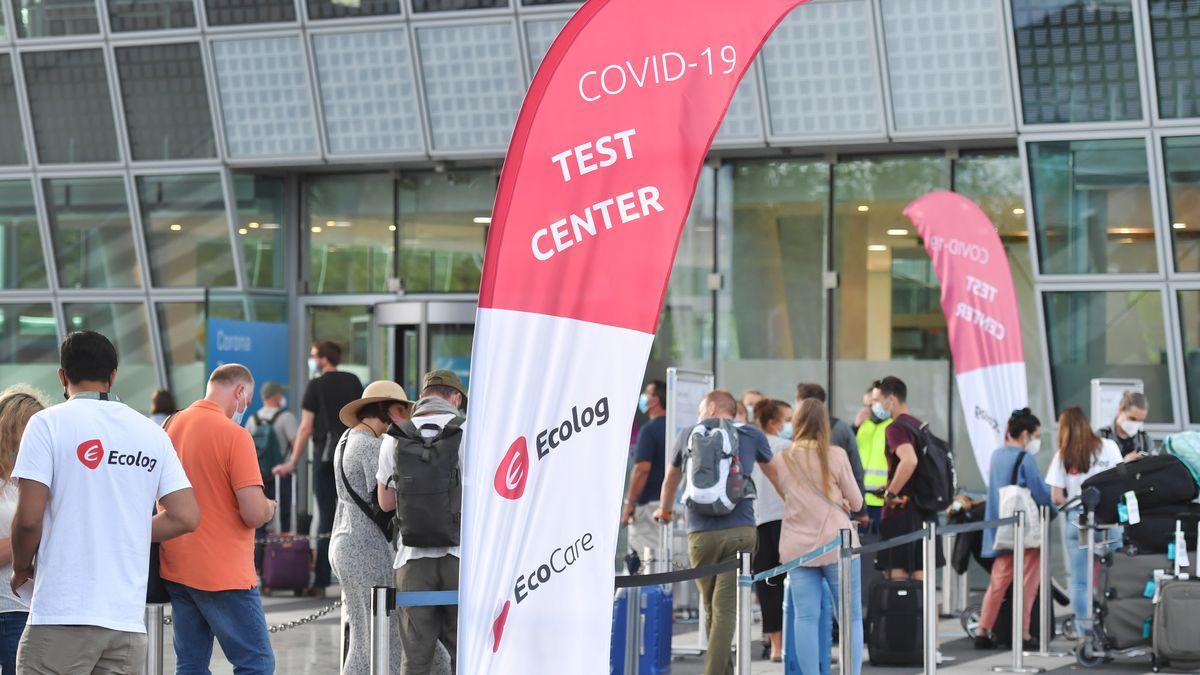Ecolog testet Reiserückkehrer am Flughafen