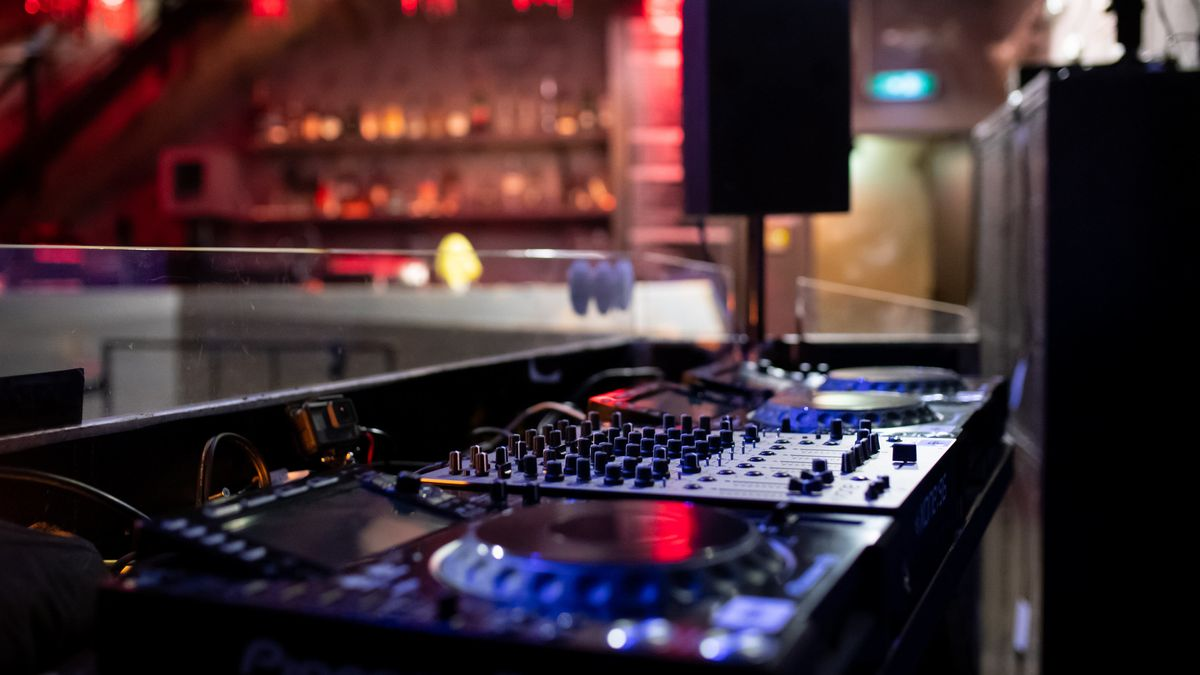 Mischpult in einem Club, in blau-rotes Licht getaucht