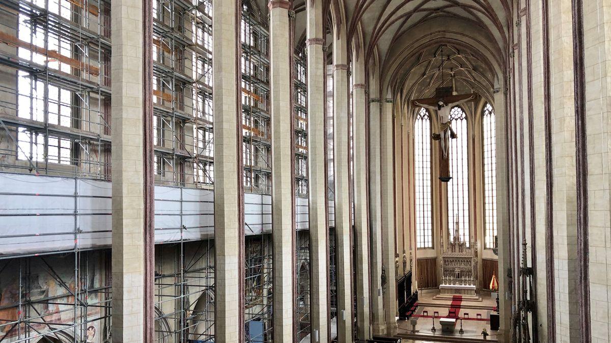 Die gotischen Fenster der Kirche Sankt Martin in Landshut werden saniert