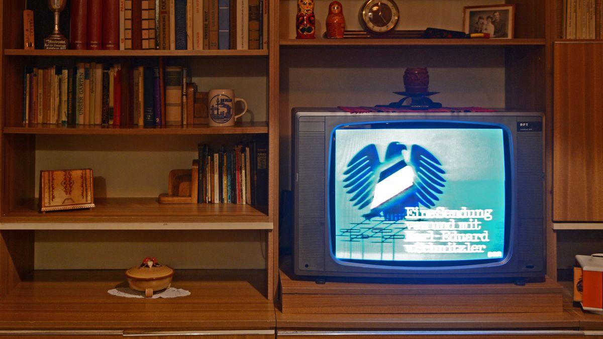 """RFT-Fernseher mit dem """"Schwarzen Kanal"""" in einer DDR Schrankwand. Installation im DDR-Museum, Berlin"""