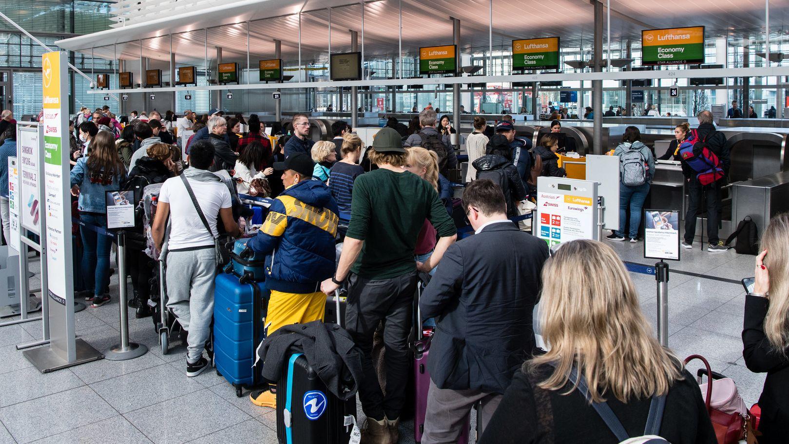 Lange Schlangen haben sich an den Gepäckschaltern am Münchner Flughafen gebildet,