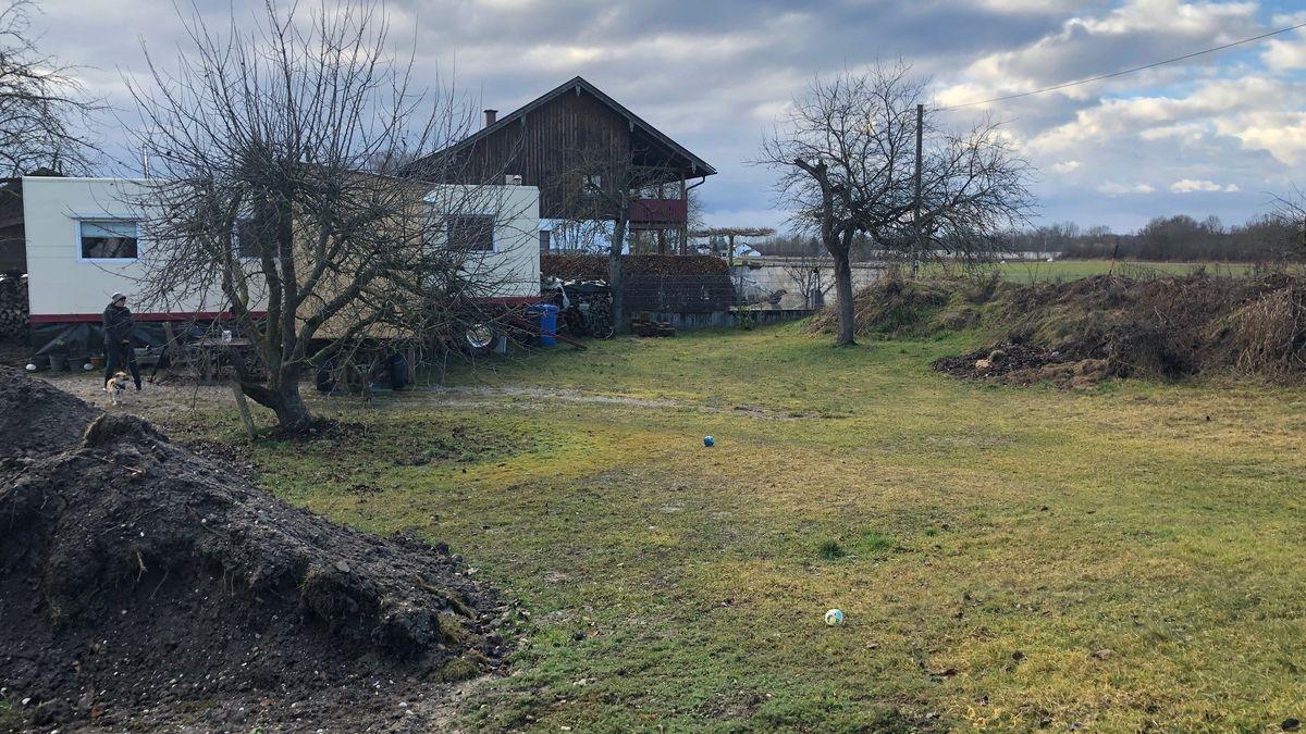 Bis dahin ist der Zirkuswagen ihr Zuhause:  24 qm, plus Anbau als Lager. Mit Sylvias Vater umgebaut, der Schreiner ist.