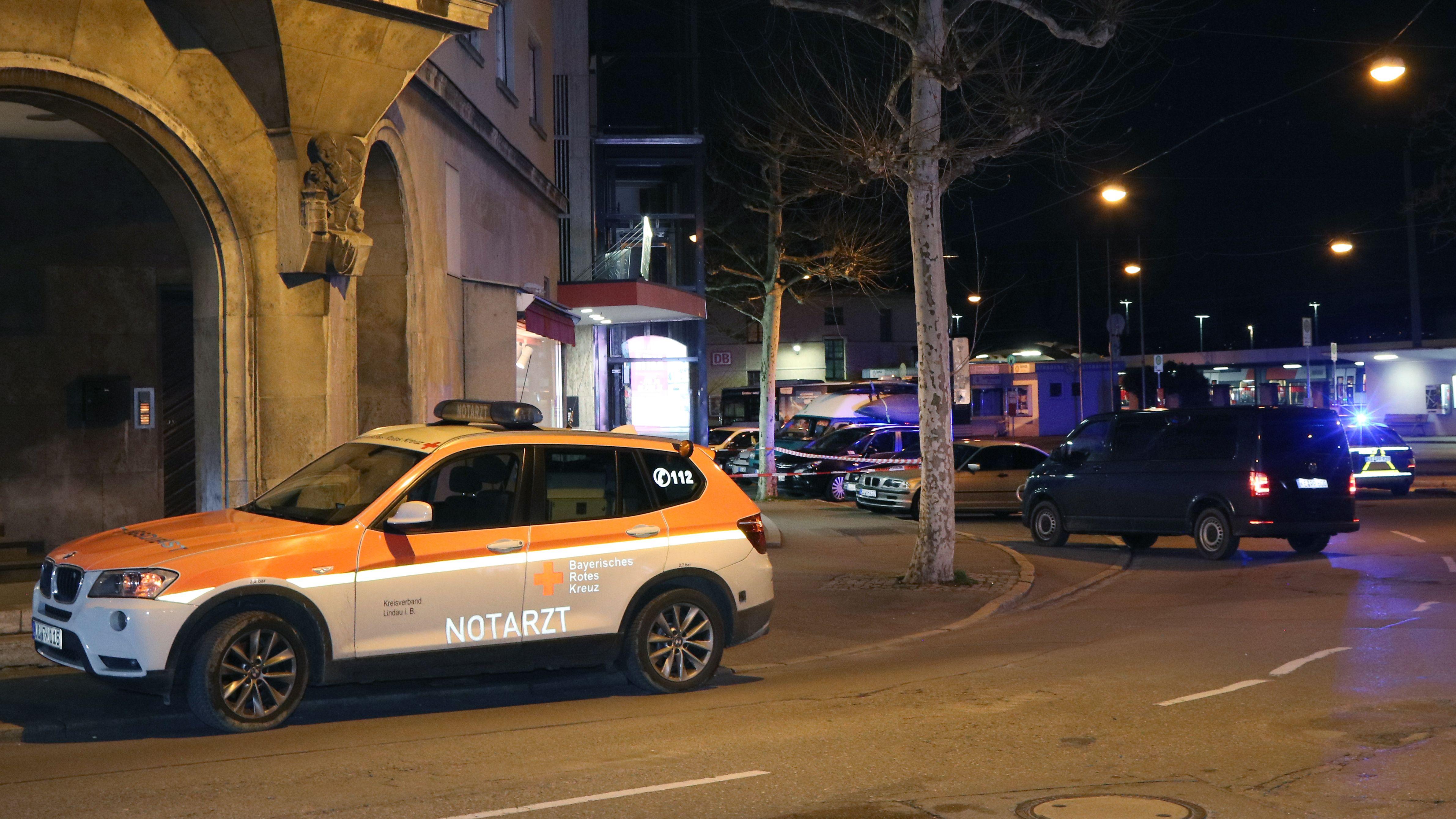 Fahrzeuge von Rettungsdienst und Polizei stehen an einer Einsatzstelle in Lindau. In einem Hotel in Lindau am Bodensee ist ein Mensch gestorben.
