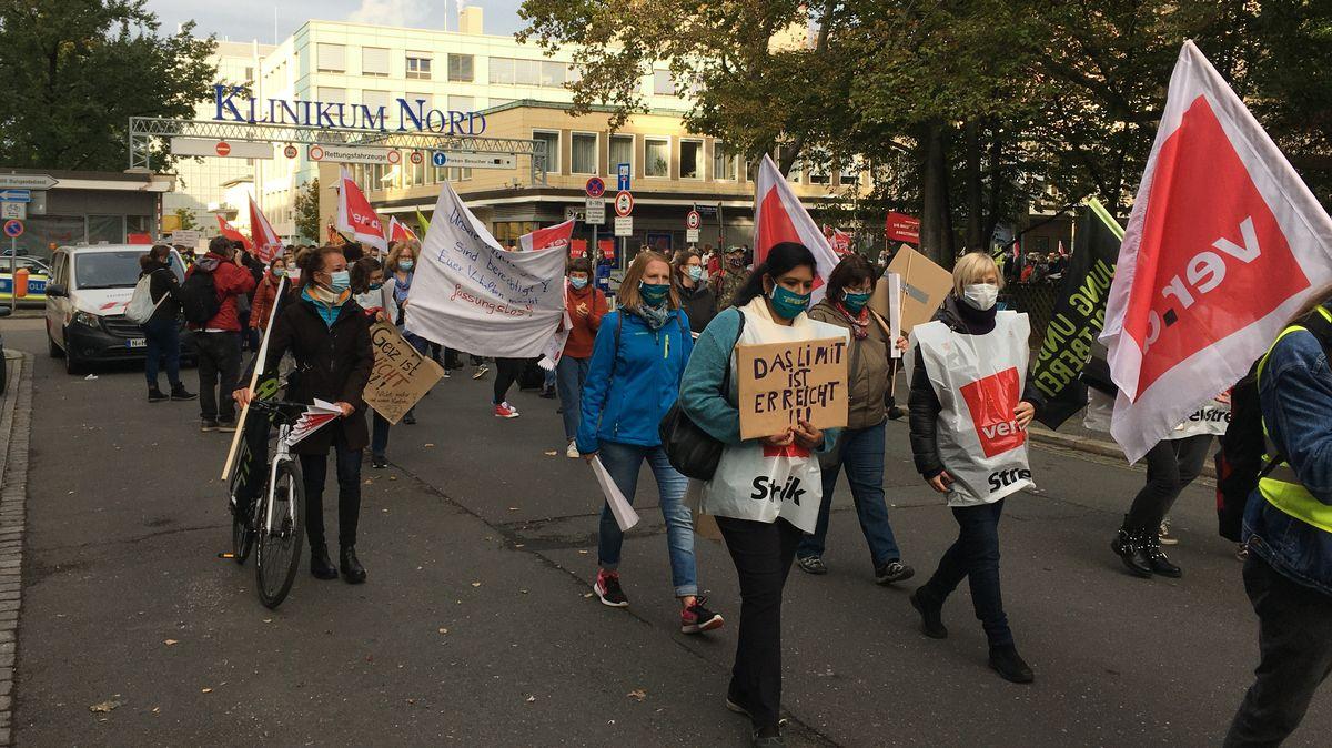 Klinikbeschäftigte beim Protestmarsch vor dem Nürnberger Klinikum Nord