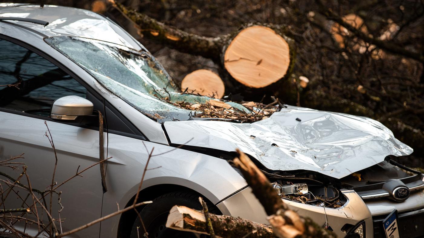 """Beschädigtes Auto durch Sturm """"Bennet"""" an Fasching"""