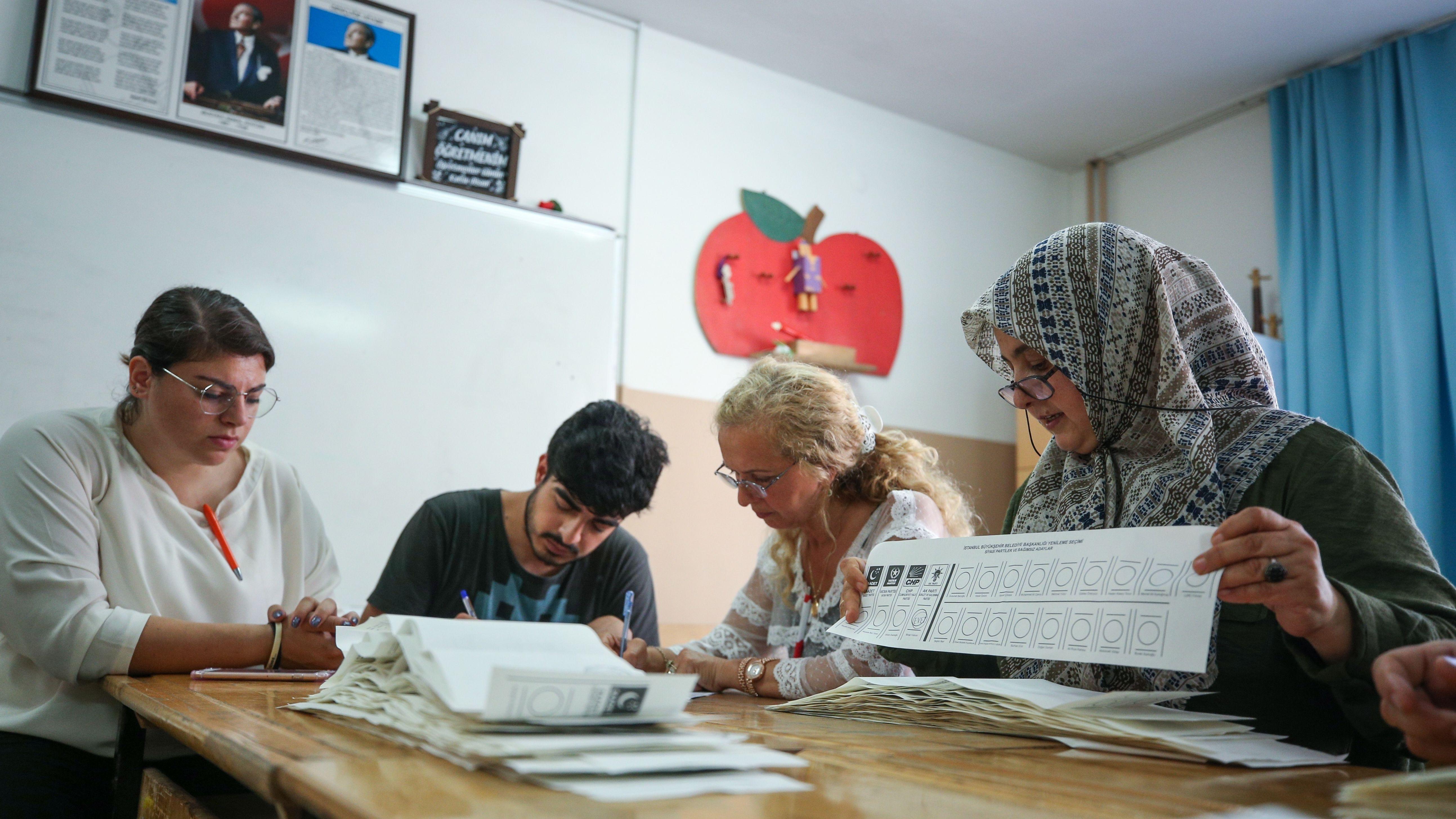 Wahlhelfer bei der Auszählung der Stimmen zur wiederholten Bürgermeisterwahl in Istanbul