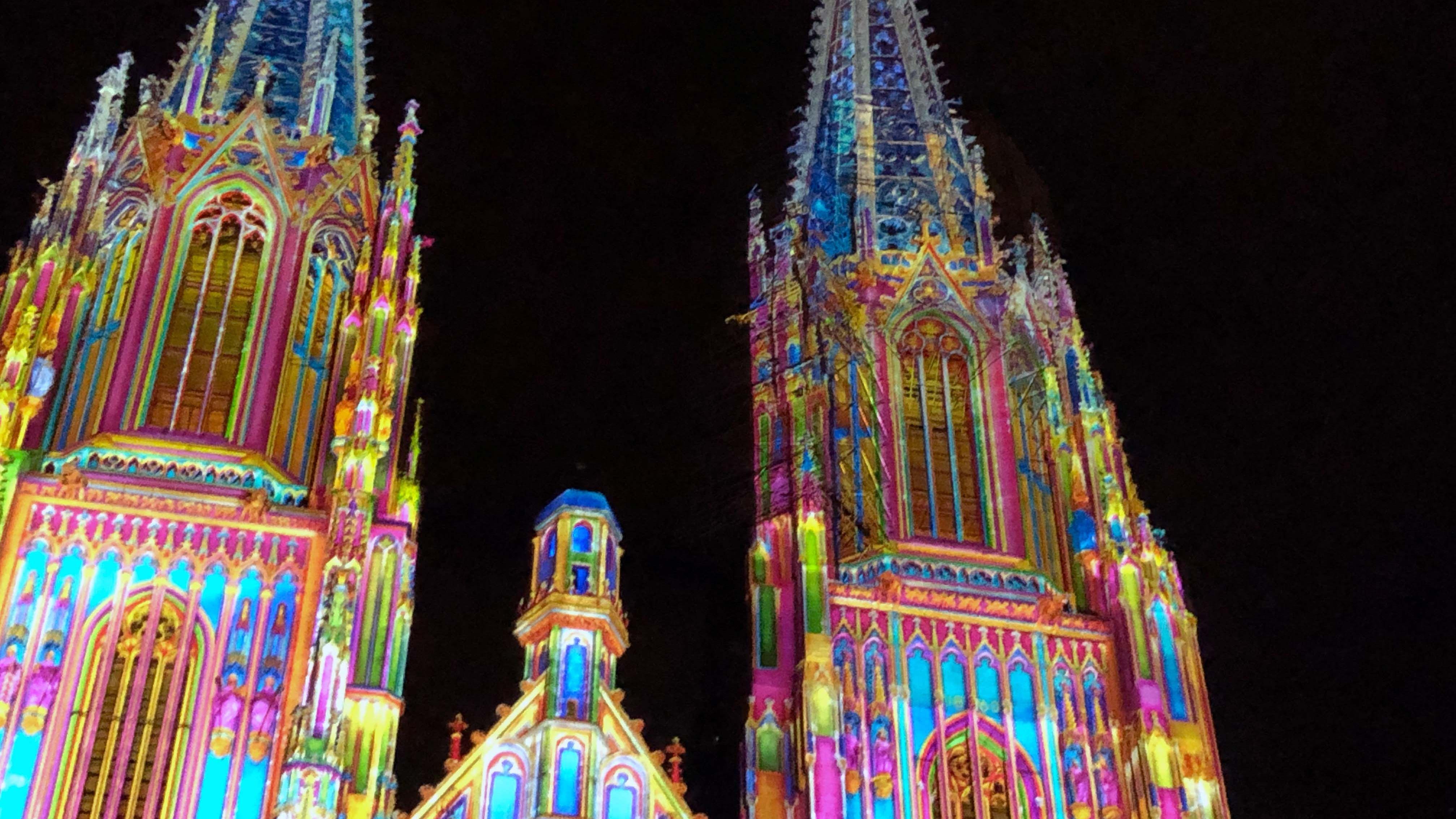 """In einer fünfzehnminütigen Lichtshow führt das Künstlerkollektiv """"Spectaculaires"""" aus Frankreich durch die Baugeschichte des Regensburger Doms."""