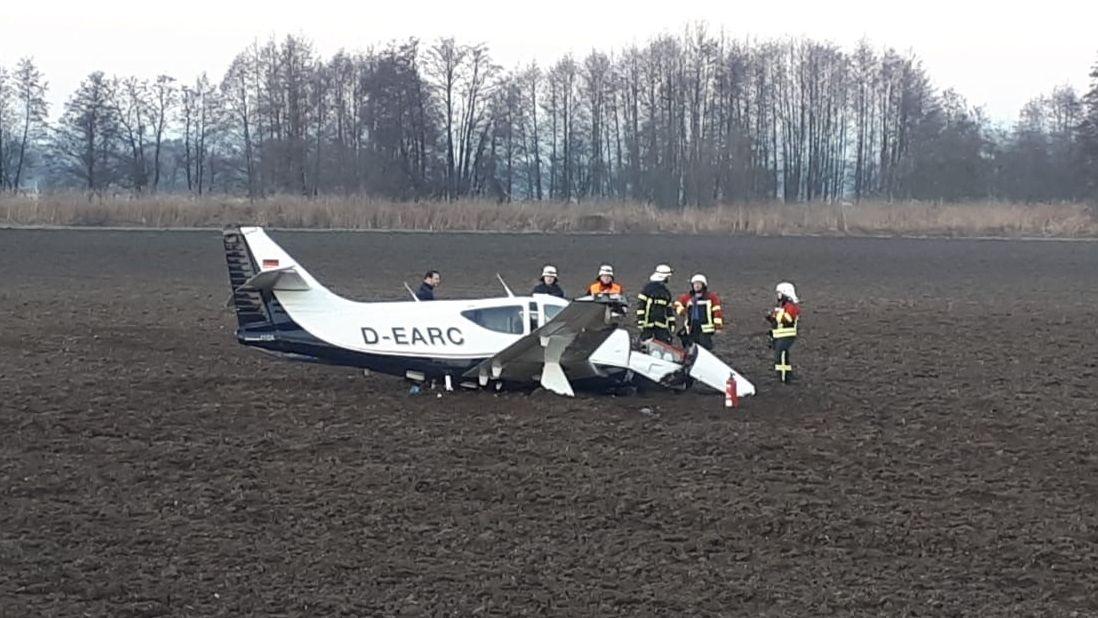 Der kaputte Sportflieger im Feld