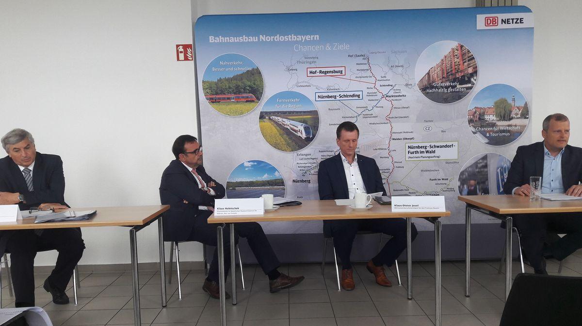 Verantwortliche bei der Vorstellung der ersten Planungen zur Elektrifizierung der Bahnstecke Hof-Regensburg.