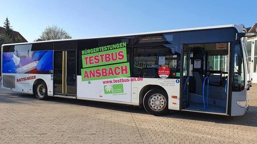 """Linienbus mit der Aufschrift """"Bürgertestungen - Testbus Ansbach"""""""