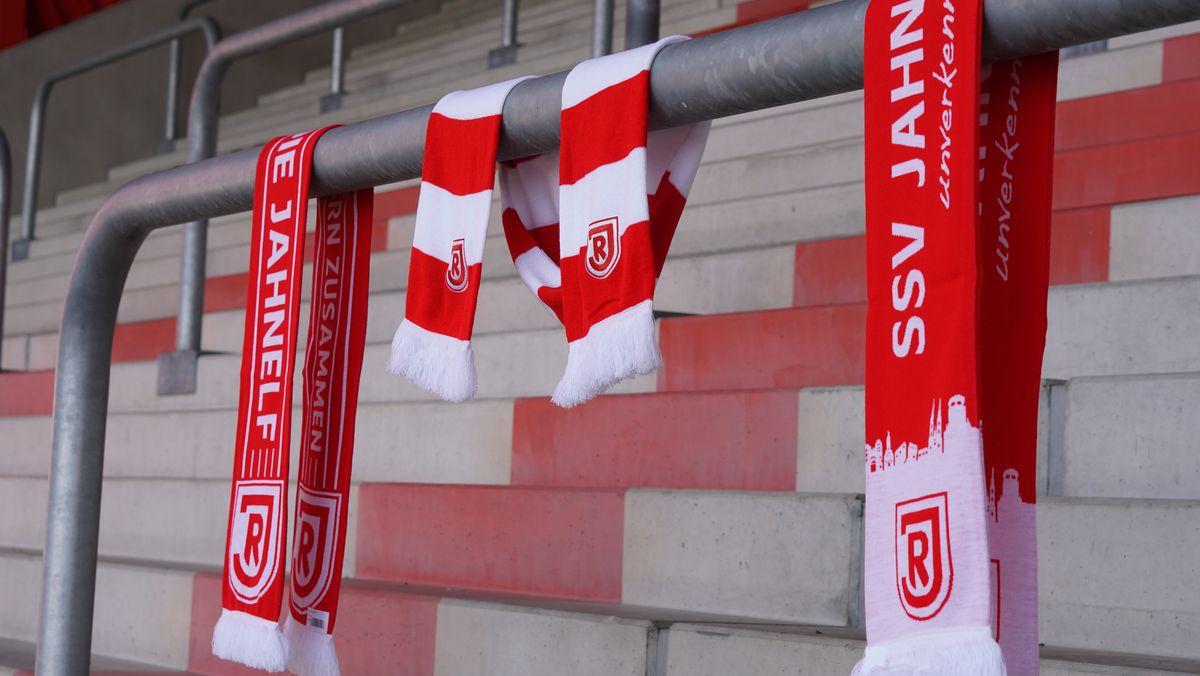 Jahn-Schals an einem Geländer auf der Stadiontribüne.