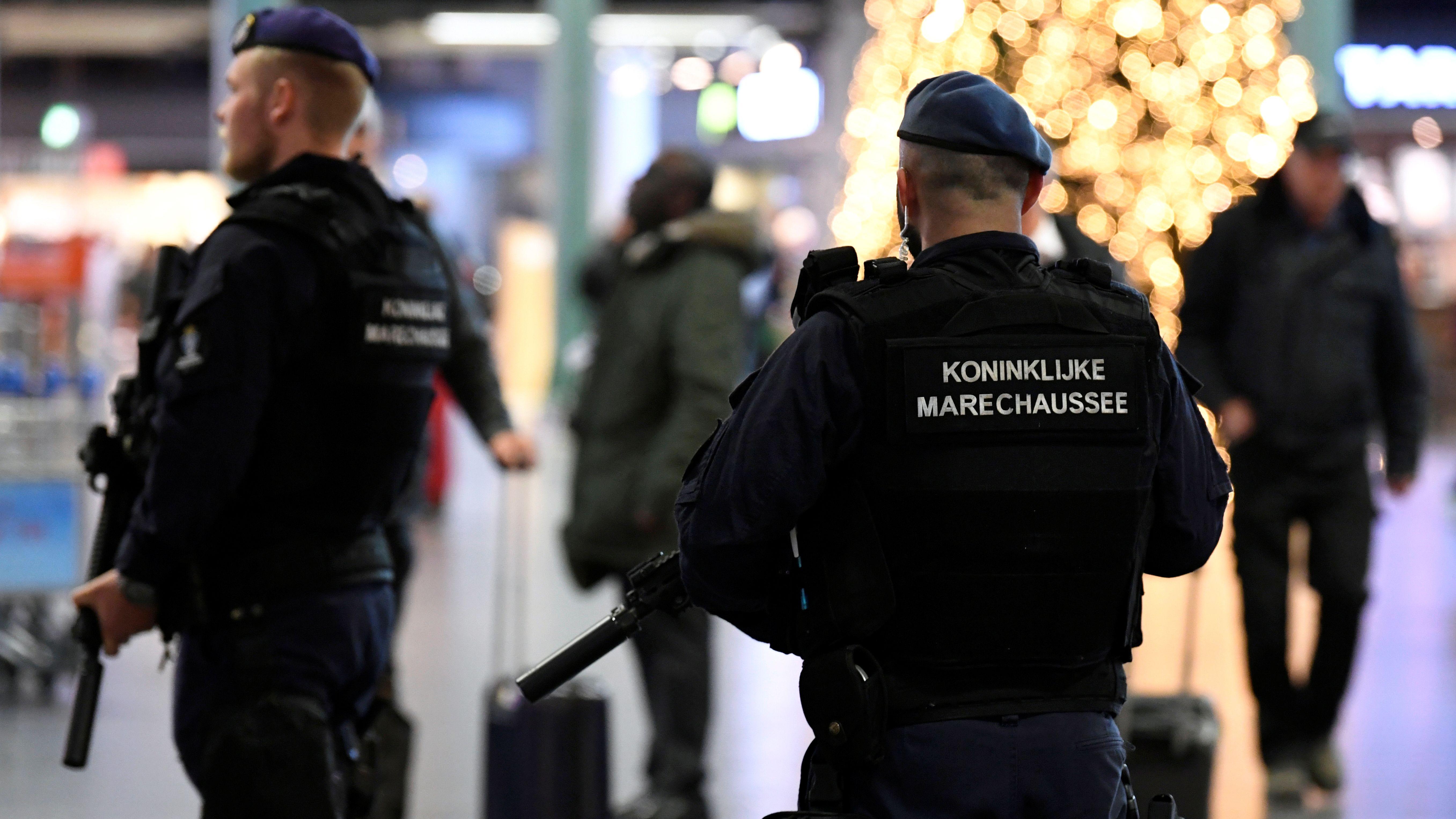 Die Royal Dutch Military Police sichert den Amsterdamer Flughafen Schiphol