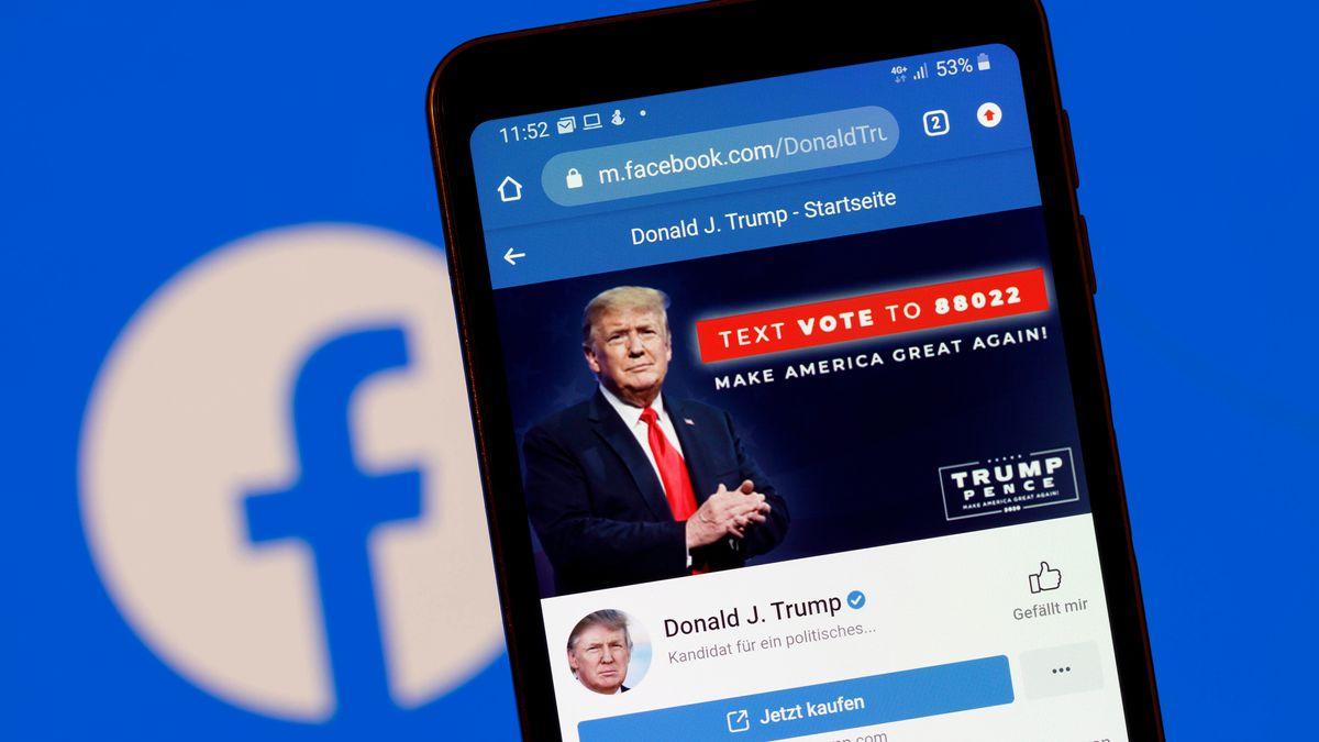 Der Facebook-Account von US-Präsident Donald J. Trump auf einem Handy vor einem Bildschirm mit einem Facebook-Logo.