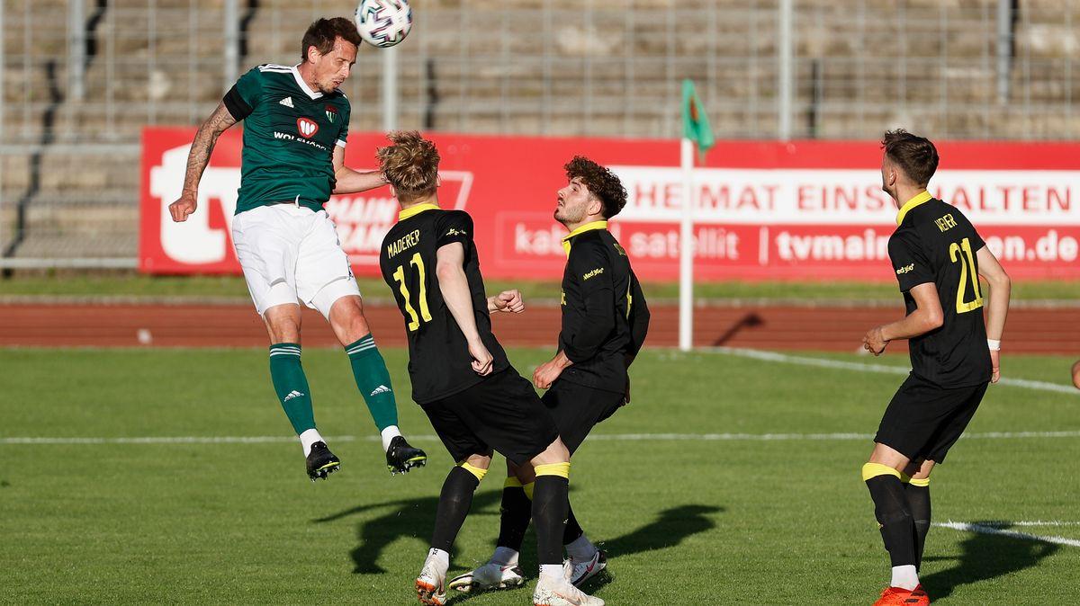 Schweinfurts Lukas Billick (links) beim Kopfball.
