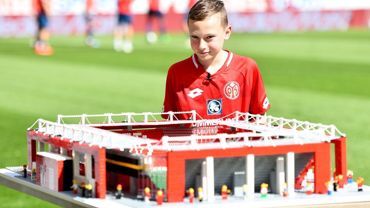 Joe Bryant im Jahr 2019, als er die Mainzer Opel Arena mit Lego nachgebaut hatte.