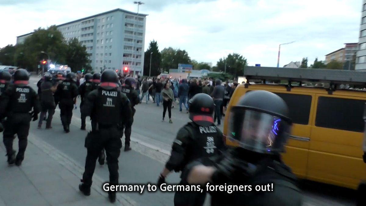 Videoausschnitt einer rechtsradikalen Demo mit dem Motto Deutschland den Deutschen von Hito Steyerl