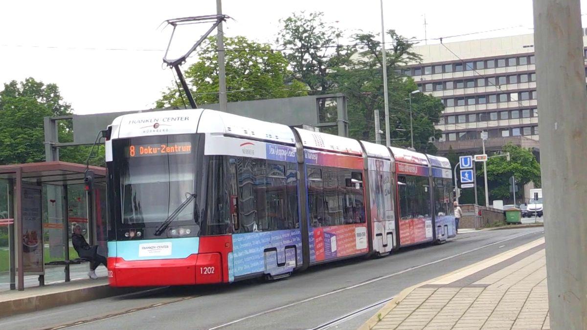 """Straßenbahn mit Aufschrift """"8 Doku-Zentrum"""" in Nürnberg an einer Haltestelle."""
