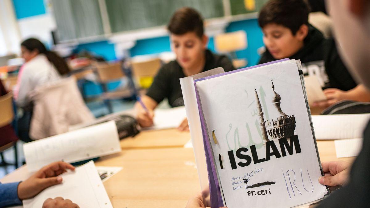 Ein Schüler mit einer Lernmappe zum Islamunterricht