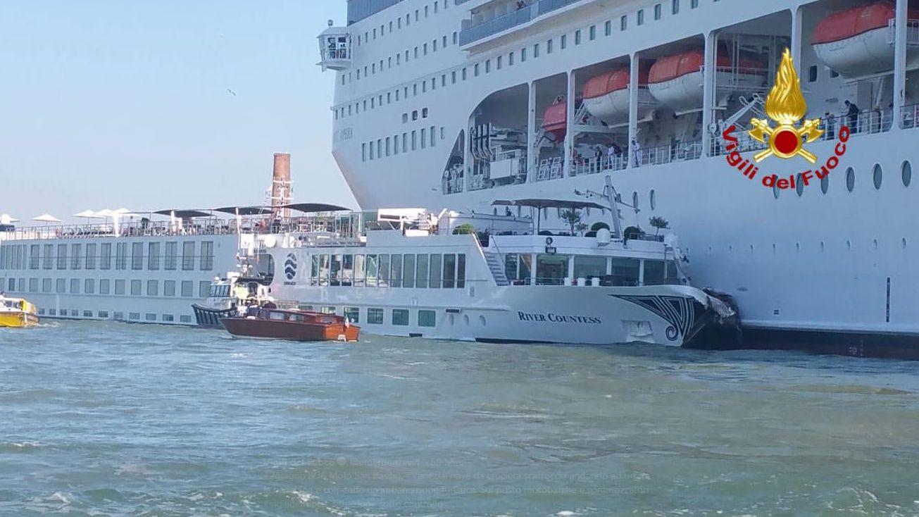 Die beschädigten Schiffe nach der Kollision in Venedig